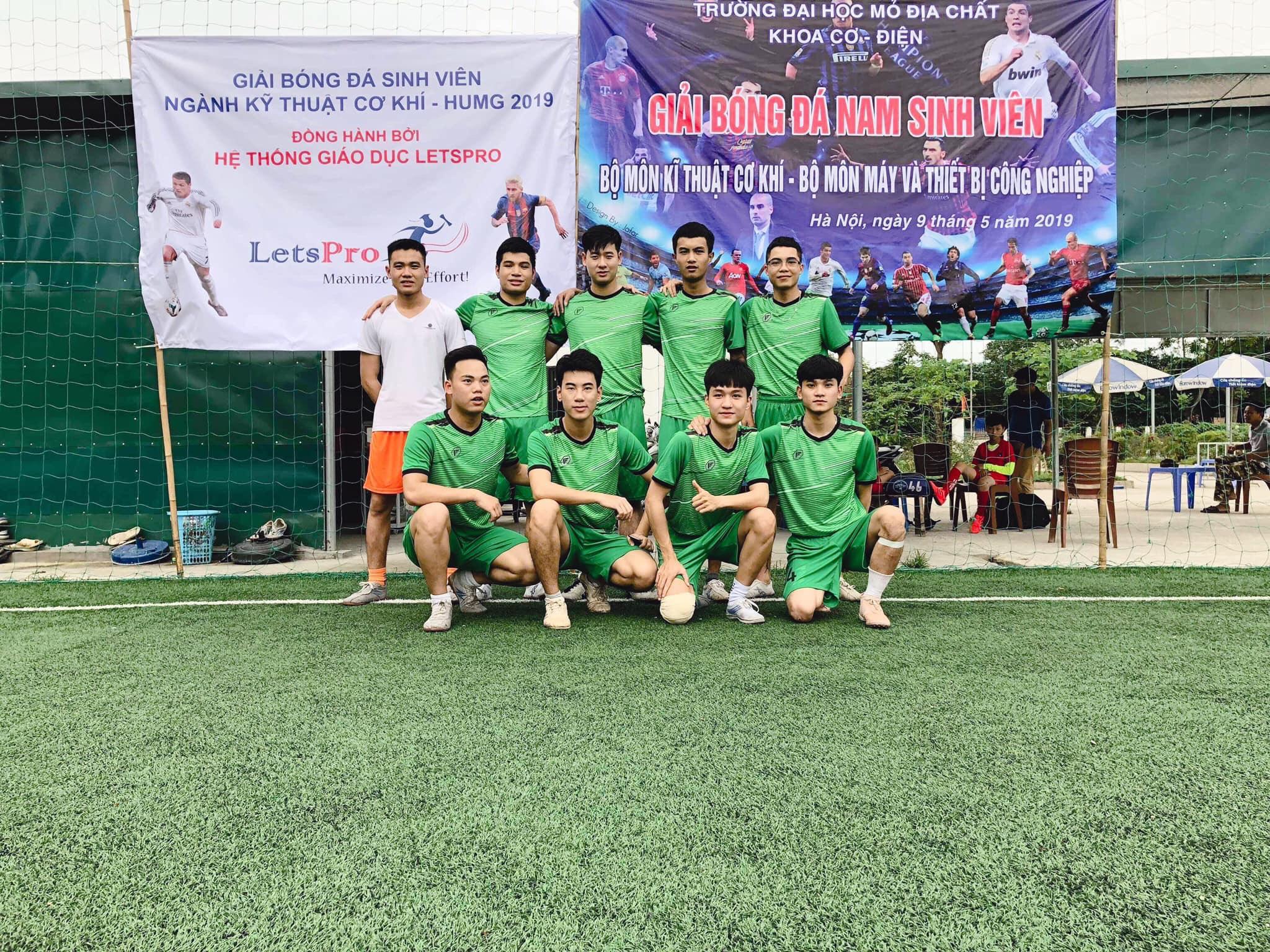 Tuấn Anh là người đam mê thể thao, thường xuyên giành giải nhất trong các giải bóng đá học đường trong Khoa, Trường